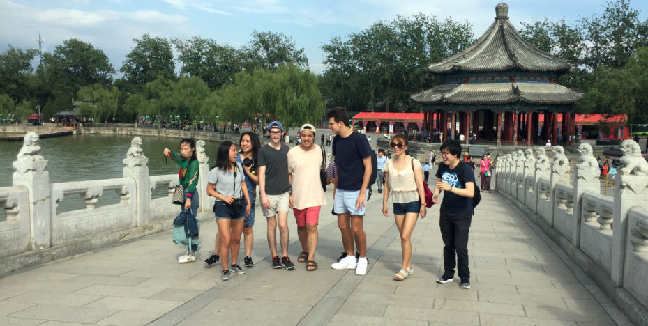 Picture: (从左至右)Danielle Goh、 Joy Lee、 Karen Yang、 Nick Hunsicker、Gene Pak、Nick Joyner、Youlim Lee、 和Skylar Tang在参观北京颐和园 (图)