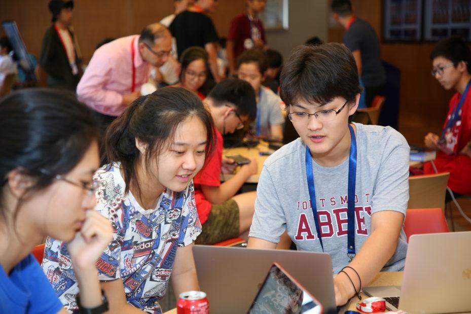 """参加宾大""""激发好奇心""""人工智能机器人技术与智能材料夏令营的中学生"""
